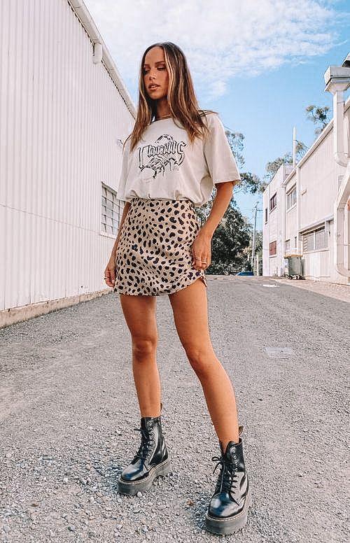 graphic tee, graphic tee outfit, graphic tees vintage, graphic tees streetwear, graphic tee outfit street style, graphic tee outfit baddie, graphic tee outfit spring, leopard skirt, leopard skirt outfit