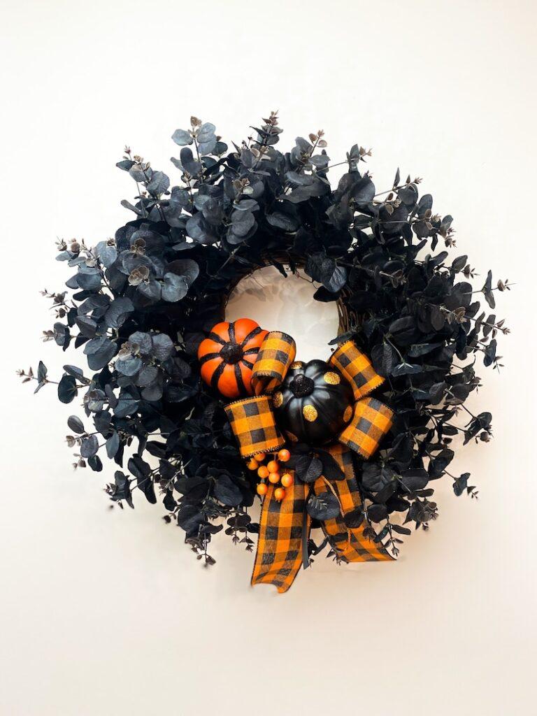 Halloween wreath, Halloween wreaths, Halloween wreath idea, Halloween wreaths for front door, halloween wreath DIY, halloween decor, halloween decorations, halloween decorations outdoor,